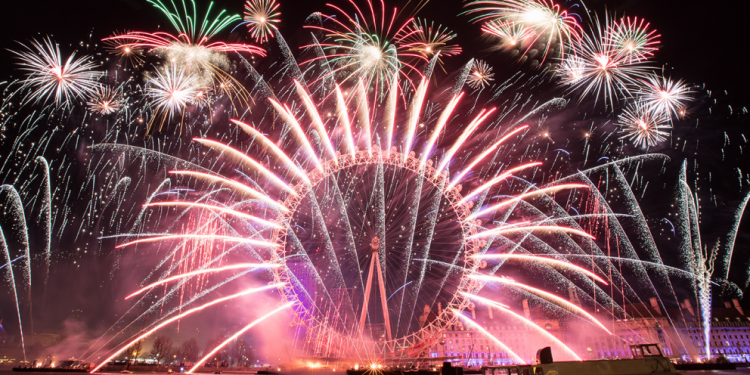 An amazing photo of a breathtaking fireworks show in London